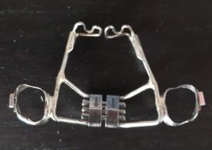 Disjoncteur avec grille anti_pouce